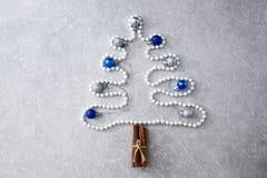 珍珠、肉桂条和圣诞节球圣诞树  T 免版税库存图片