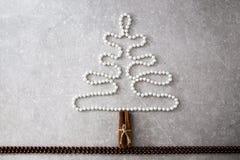 珍珠、肉桂条和圣诞节球圣诞树  T 免版税库存照片