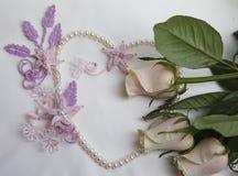 珍珠与玫瑰的心脏和花边花 免版税库存照片