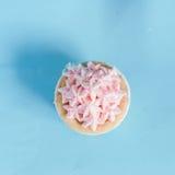 珍珠与黄油奶油结冰的生日杯形蛋糕 免版税库存图片