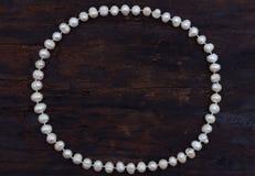 珍珠串圈子塑造了顶视图老木头 库存照片