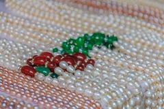 珍珠串在市场上 免版税库存照片