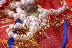 珍珠串在红色背景的 免版税库存图片