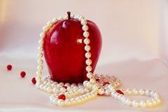 珍珠和苹果 库存图片