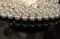 珍珠小珠和光滑的表面 免版税图库摄影