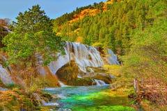 珍珠浅滩瀑布秋天视图用纯净的水 免版税库存图片