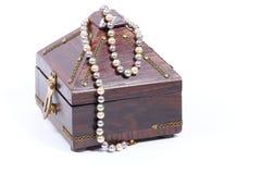 珍珠链子和装饰品箱子 免版税库存照片