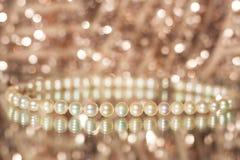 珍珠项链和耳环 免版税库存图片