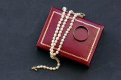 珍珠项链和金戒指 免版税库存照片
