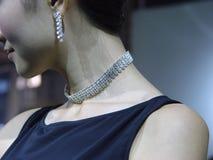 珠宝俏丽的妇女 免版税库存照片