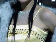 珠宝俏丽的妇女 免版税图库摄影