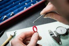 珠宝商与蜡模型圆环一起使用 免版税库存照片