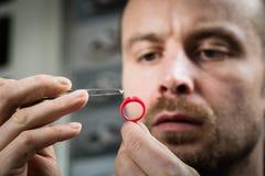 珠宝商与蜡模型圆环一起使用 库存图片