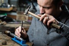 珠宝商与锤子一起使用 免版税库存照片