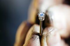 珠宝商举行的圆环在擦亮以后 库存图片