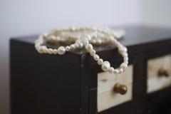 珠宝商和珍珠 免版税图库摄影