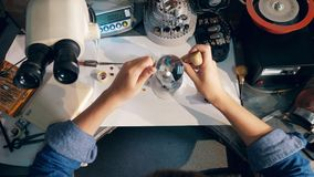 珠宝商在与宝石的一个圆环工作 珠宝商运作的首饰 股票视频