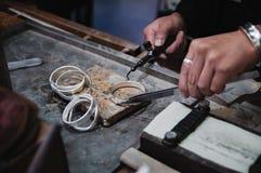 珠宝商在工作在jewelery车间 免版税图库摄影