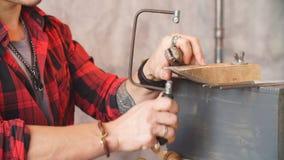 珠宝商在工作场所锯项目,行业,工作 使用苦恼的勤勉人看见了在工作 影视素材