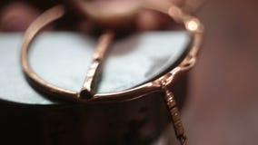 珠宝商投入围绕铜产品在与孔的铁立场在圈子 影视素材