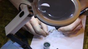 珠宝商擦亮的金戒指与 股票录像