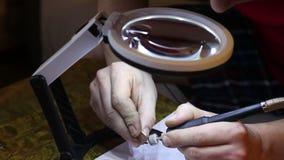 珠宝商擦亮的金戒指与 影视素材