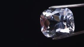 珠宝商检查宝石伪造品 股票录像