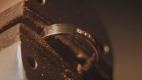 珠宝商设置宝石 工艺jewelery做 圆环修理 把金刚石放在圆环上 宏指令 免版税库存图片