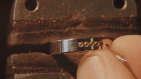 珠宝商设置宝石 工艺jewelery做 圆环修理 把金刚石放在圆环上 宏指令 免版税图库摄影