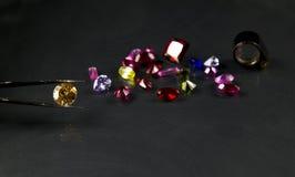珠宝或宝石在黑亮光颜色,演播室射击了美丽的宝石 图库摄影