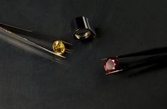 珠宝或宝石在黑亮光颜色,演播室射击了美丽的宝石 免版税库存照片