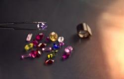 珠宝或宝石在黑亮光颜色,演播室射击了美丽的宝石 库存图片