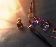 珠宝或宝石在黑亮光颜色,演播室射击了美丽的宝石 免版税库存图片