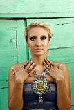珠宝无背长椅街道土耳其妇女 图库摄影