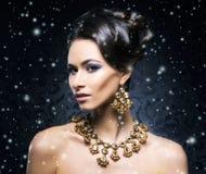 珠宝的年轻,美丽和富有的妇女 免版税库存照片