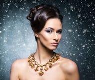 珠宝的年轻,美丽和富有的妇女 免版税图库摄影