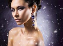 珠宝的年轻,美丽和富有的妇女 图库摄影