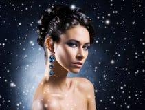 珠宝的年轻,美丽和富有的妇女 库存图片