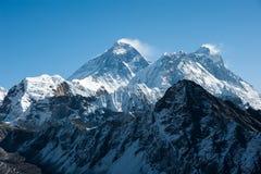 珠峰和洛子峰喜马拉雅山,尼泊尔的西部边 免版税库存照片