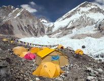 珠峰营地、帐篷和祷告旗子 免版税库存照片