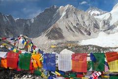从珠峰营地的看法与祷告旗子 免版税库存照片