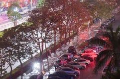 在路旁停放的汽车夜 免版税库存图片