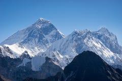 珠穆琅玛和Nuptse从Gokyo Ri,喜马拉雅山镭的山峰视图 免版税库存图片