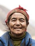 从珠穆琅玛地区的微笑的老妇人 库存图片