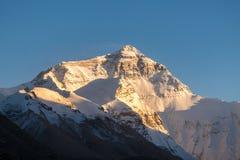 珠穆琅玛山顶日落视图在珠穆琅玛营地的 库存图片
