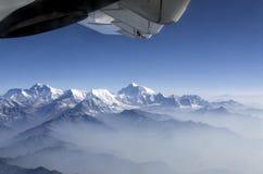 珠穆琅玛峰顶和喜马拉雅山珠穆琅玛山脉全景视图通过平面窗口 库存照片