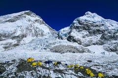 珠穆琅玛登山人在Khumbu冰川的`帐篷顶视图  免版税库存图片