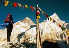 珠穆琅玛看法与旅游和佛教祷告旗子的 库存照片