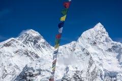 珠穆琅玛美好的风景和洛子峰锐化与从Kala Pattar观点的五颜六色的尼泊尔旗子 Gorak Shep 库存图片