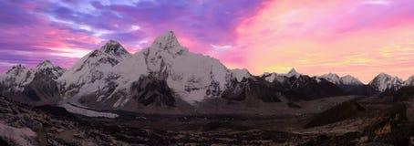 珠穆琅玛范围在从Kala Patthar, Gorak Shep,珠穆琅玛营地艰苦跋涉,尼泊尔的黎明 库存照片